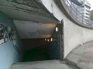 Den lilla gluggen är öppningen till en av gångtunnlarna under och genom trafikkarusellen