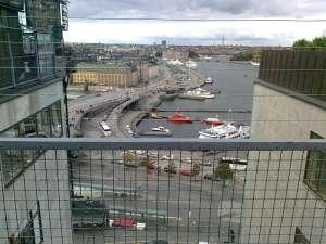 Galler skyddar uppe på gångbron mellan Katarinahissen och Södermalm. Här utsikten mot Skeppsbron och Gamla Stan