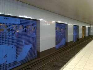 I södra delen av tunnelstation Slussen som ligger i berg, är det stora öppningar mellan plattformarna
