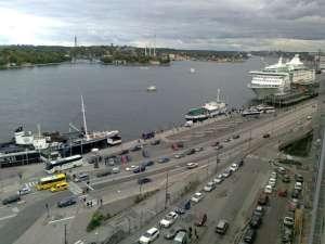 Nedanför går Stadsgårdsleden. Och på andra sidan vattnet finns Gröna Lund med sina höga torn