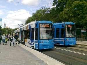 Moderna spårvagnar typ A34 nr 2 och 4 möts på hållplatsen vid Gröna Lund