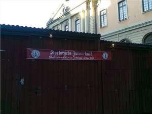 Banderoll Stortorgets Julmarknad och i bakgrunden Börshuset med Svenska Akademien