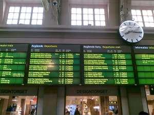 Informationstavla Stockholm C, med MTR Express som femte avgående tåg