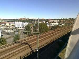 Nuvarande trafikspår nedanför till vänster, och under dem gammalt spår mot Liljeholmen