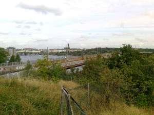 Nya Årstabron från gångbro intill, med Liljeholmsbron till vänster i bakgrunden