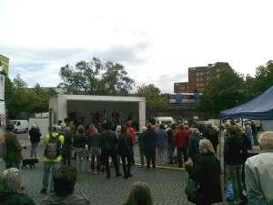 Rockfolket rockar i Västertorp med tunnelbanan i bakgrunden