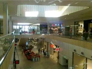 Inuti shoppingcentret, som har två butiksplan