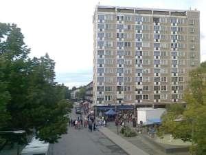 Västertorp Centrum längs Störtloppsvägen norr om tunnelbanebron