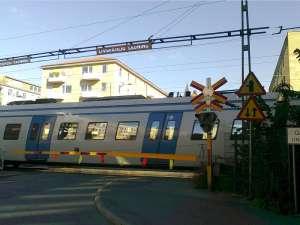 Sundbyberg, järnvägen och Esplanaden med bommar nedfällda