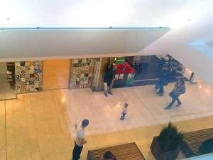 Man kan se in i Täby Centrum från ett fönster på parkeringsgaragets takparkering