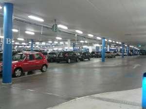 Täby Centrum parkeringsgaraget, bilar i långa rader