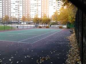 Tennisbana intill Täby Centrum