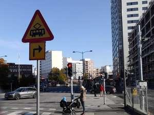 Varning för korsning med spårväg vid Bällsta bro i Sundbyberg
