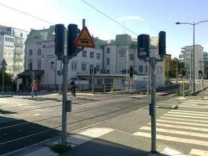 Varning för korsning med spårväg vid Hamngatan i Sundbyberg
