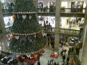 NK julgran innanför huvudentrén vid Hamngatan