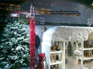 NK julskyltning med byggkran av Meccano