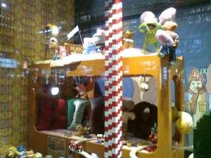 NK julskyltning med Lego och trätåg