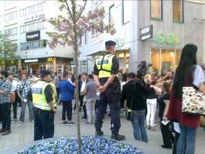 Poliser bevakar folkmassan