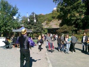 Rulltrppor uppför berget bakom jonglerande man