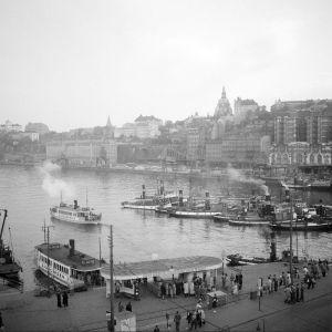 Djurgårdsfärjor och ångbåtar vid området runt Slussen 1945-1955