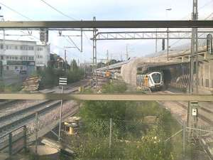 Södergående pendeltåg på nybyggd sträcka från västra Årstabron på väg in mot Årstaberg