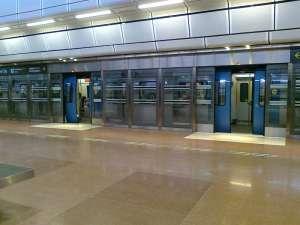 Pendeltågsdörrarna och plattformsdörrarna stängs synkront