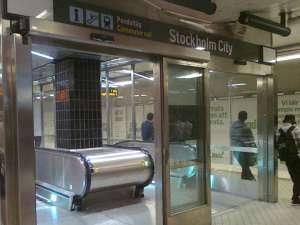 Nedgång till pendeltågen vid Stockholm City från tunnelbanans nedre plattform för röd och grön linje