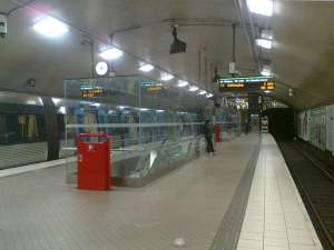Tunnelbanestationen Odenplan med glasburar runt rulltrapporna upp från pendeltågsstationen