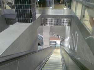 Rulltrappor ned från röda och gröna linjens nedre plattform vid T-Centralen