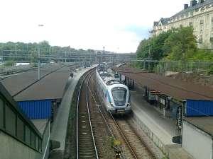 Södergående pendeltåg stannar vid Karlberg