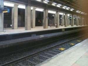 Södra Station fjärrtåg söderut passerar den avstängda plattformen på det bortre spåret