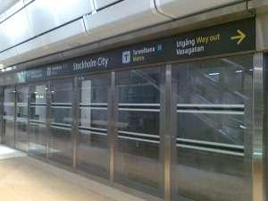 Glasvägg med plattformsdörrar