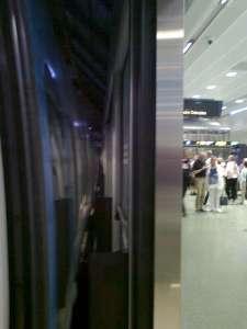 Utrymmet mellan pendeltågsdörrarna och plattformsdörrarna