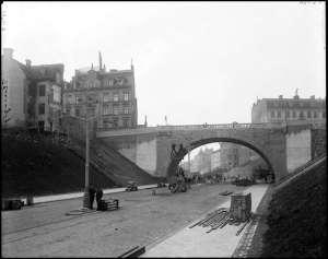 Kungsgatan västerut år 1911, mot Malmskillnadsgatan som korsar Kungsgatan på bro