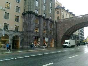 Kungsgatan västerut mot Malmskillnadsgatan och nedre delen av Södra Kungstornet på andra sidan gatan