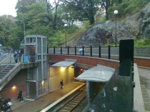 Alvik gångväg till plattformen för spårvagnar mot Sickla