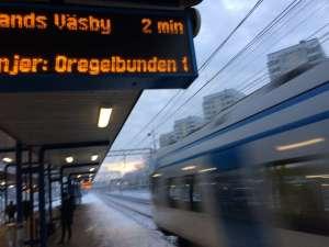 Ulriksdal pendeltåg svischar förbi i hög fart utan att stanna