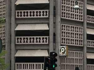 Parkaden närbild av siffrorna betongelementen fasaden