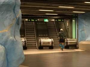 12:04 Tunnelstation Stadion löpare på väg mot start i Stockholm Marathon
