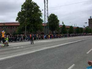 12:09 Åskådare vid Lidingövägen utanför Stockholms stadion