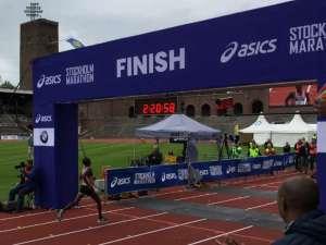"""14:21 Stockholm Marathon Stockholms stadion Mustafa """"Musse"""" Mohamed springer i mål"""